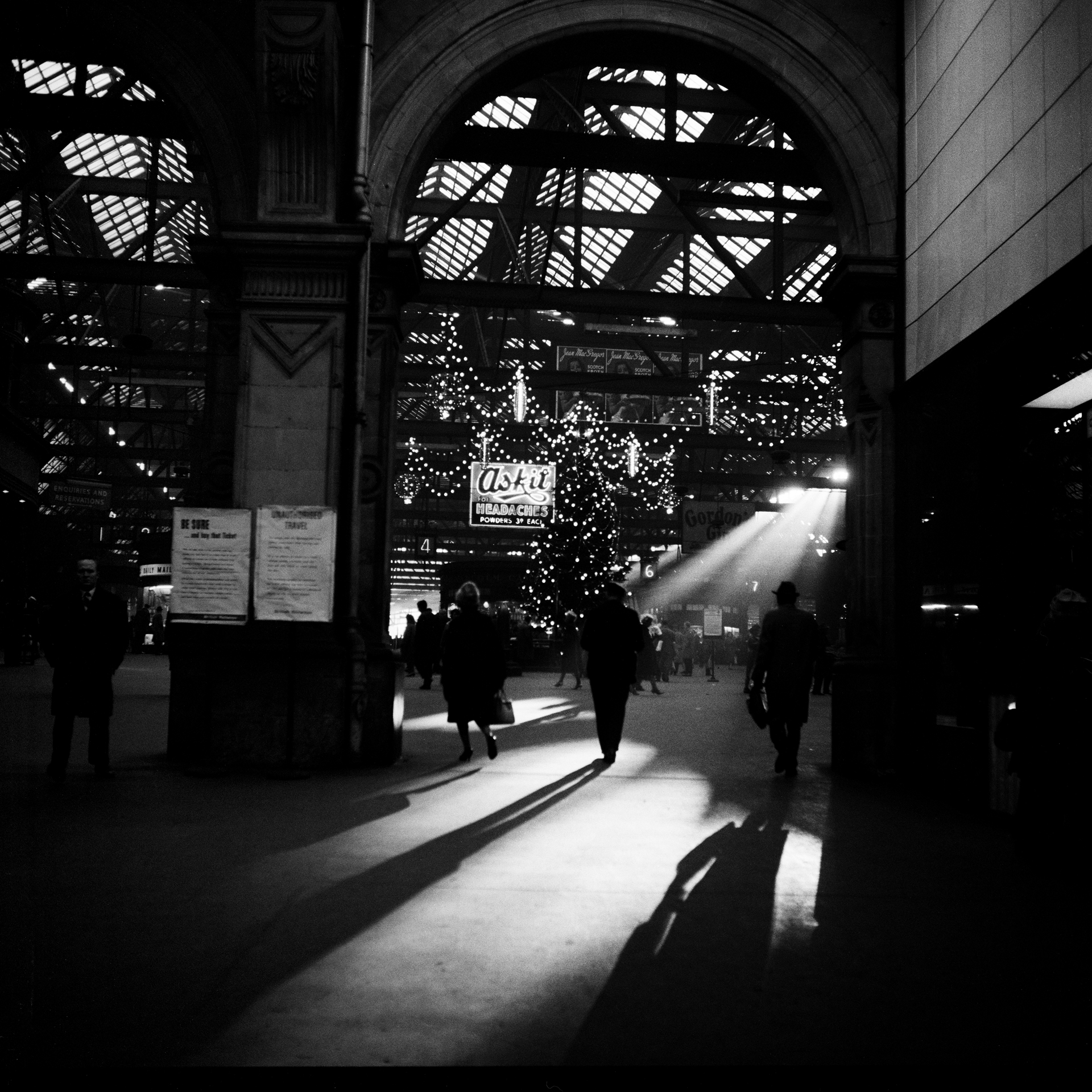 Image of Christmas, Central Station (1964) by Oscar Marzaroli