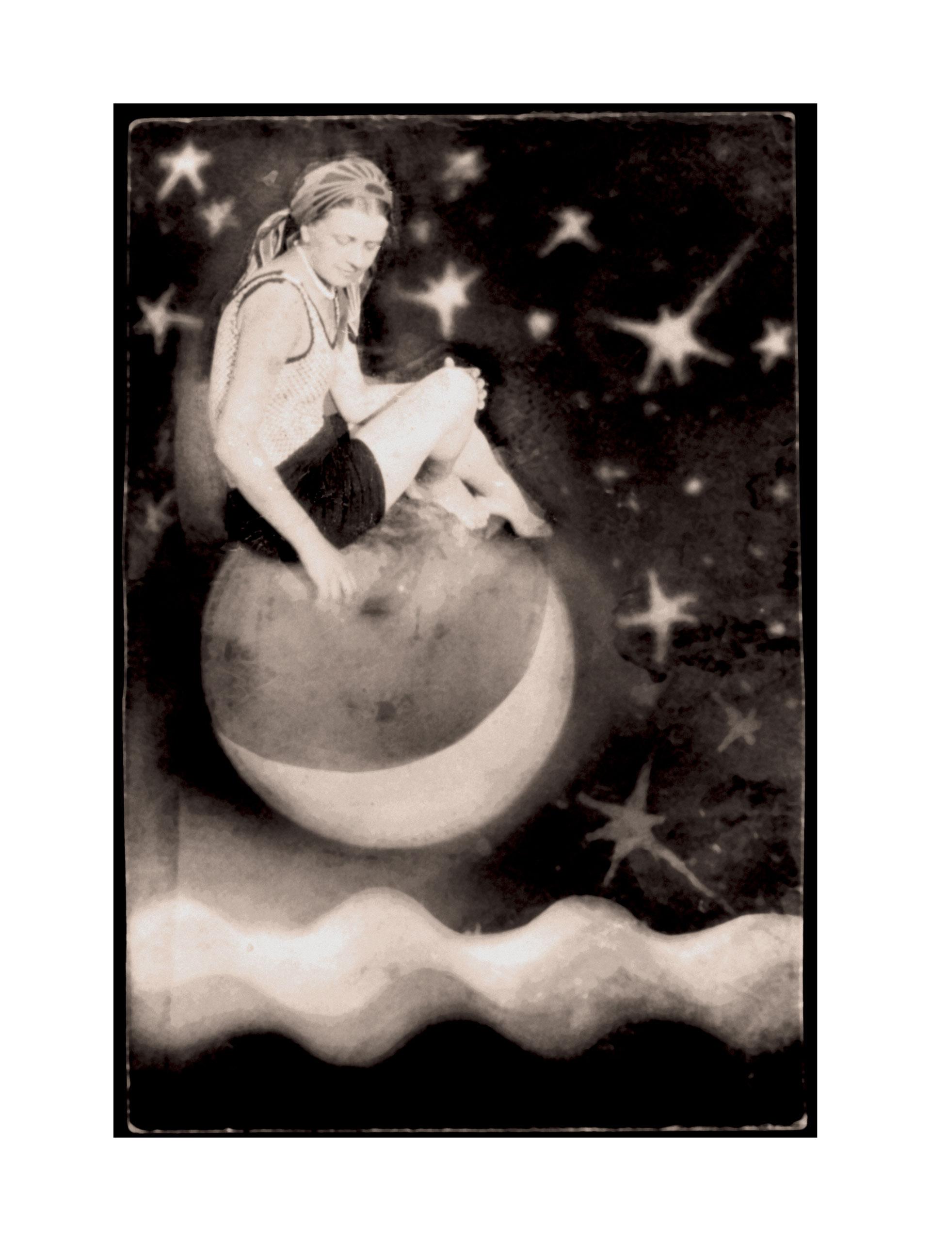 Image of Sedinti ant Menulio/ Sitting on the Moon by Domicele Tarabildiene